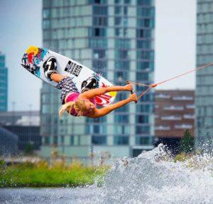Overstappen kabel naar boot wakeboard bij Waterski en Boarding School De Harder in Biddinghuizen aan het Veluwemeer